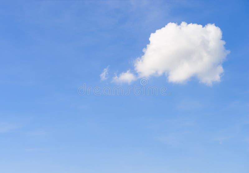 Nuvem branca no céu com a forma de um balão de pensamento dos desenhos animados fotografia de stock royalty free