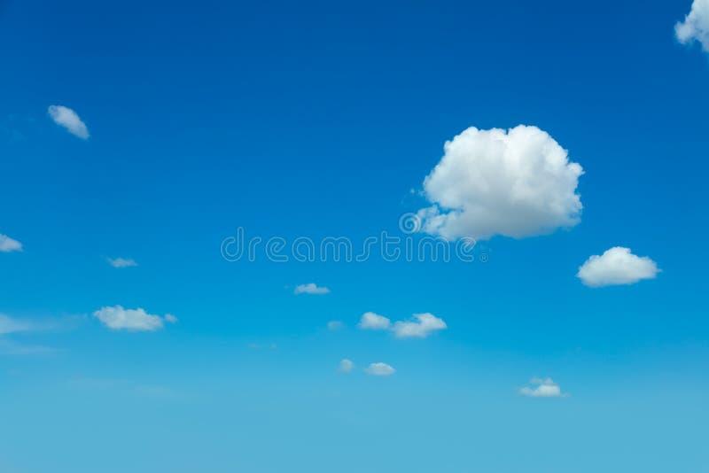 Nuvem clara em claro - céu azul fotos de stock
