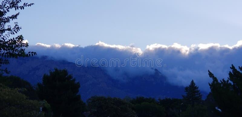 A nuvem cobriu montanhas imagem de stock