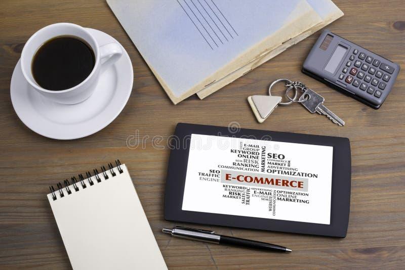 Nuvem da palavra do comércio eletrônico, conceito do negócio Texto no dispositivo o da tabuleta foto de stock