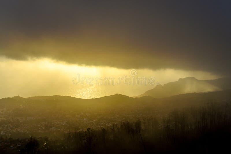 Nuvem de chuva escura sobre a cidade, opinião do olho do ` s do pássaro, Madeira imagem de stock