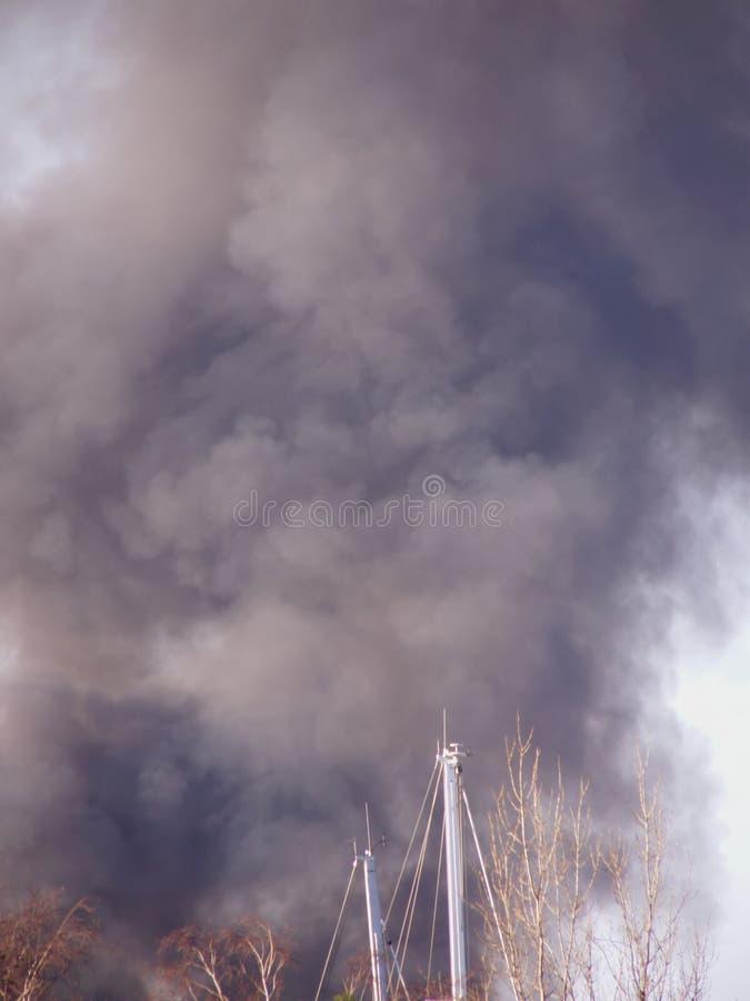Nuvem de fumo grande do incêndio fotos de stock