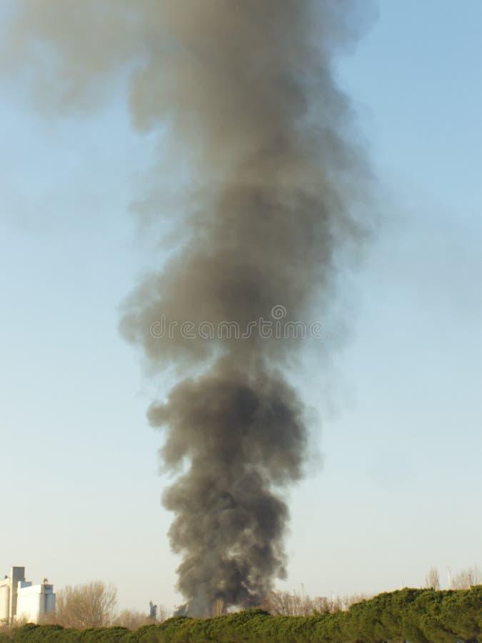 Nuvem de fumo grande do incêndio fotografia de stock royalty free