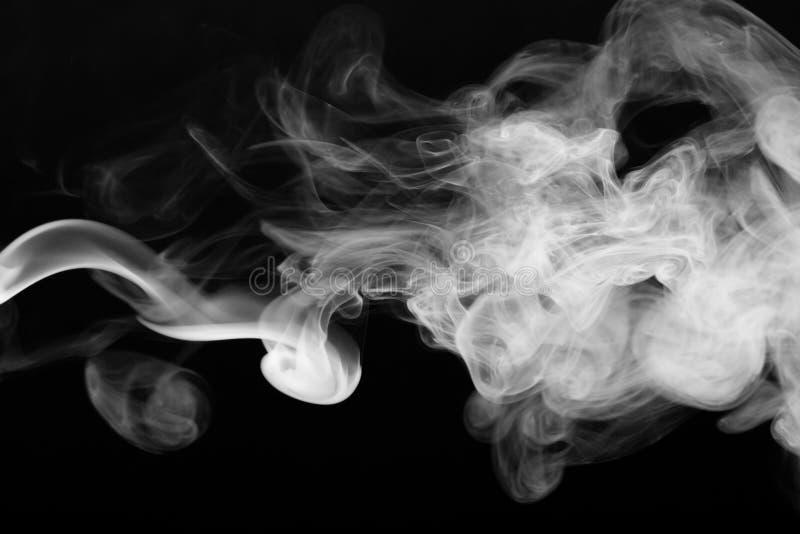 Nuvem de fumo no fundo preto Foco seletivo imagem de stock
