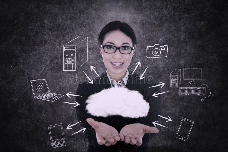 A mulher de negócios oferece a computação da nuvem ilustração do vetor