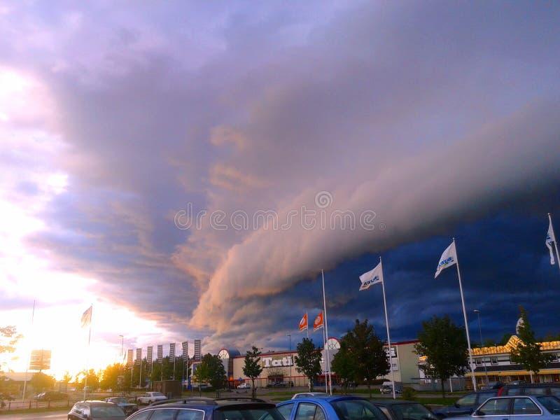Nuvem de tempestade na cidade fotografia de stock