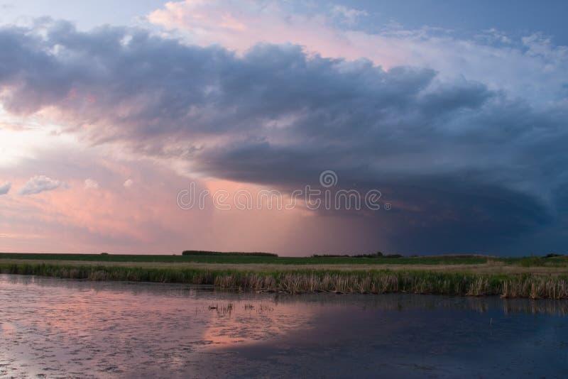 Nuvem de tempestade nas pradarias imagens de stock