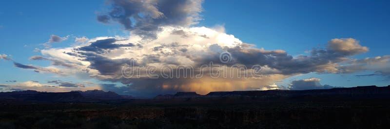 Nuvem de tempestade para fora sobre o deserto imagens de stock