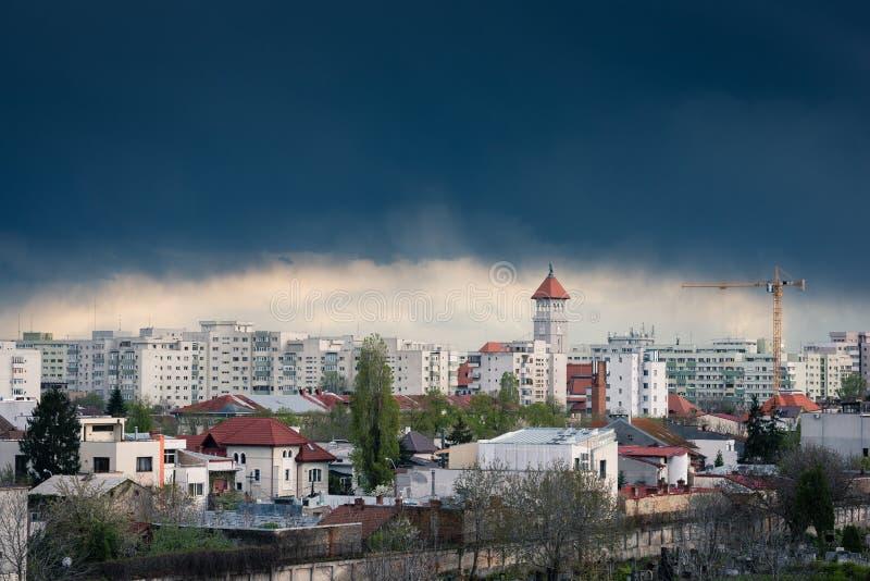 Nuvem de tempestade sobre a cidade imagem de stock