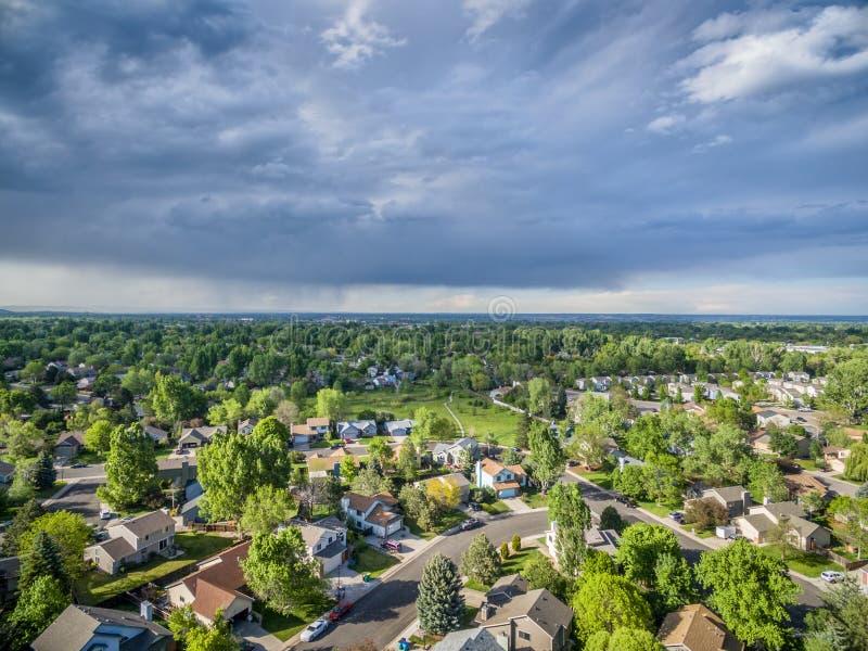 Nuvem de tempestade sobre a opinião aérea da cidade imagens de stock royalty free