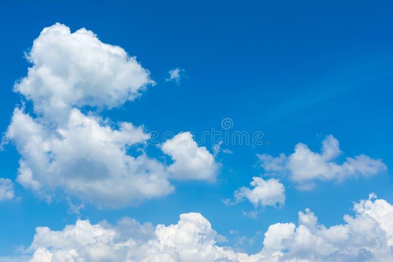 Nuvem e céu azul na luz solar imagem de stock