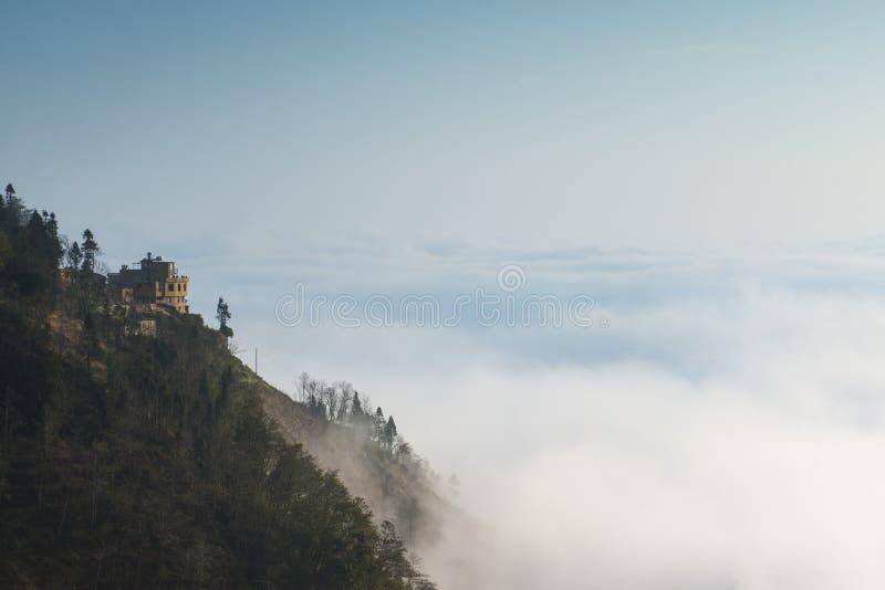 A nuvem e a névoa encobriram montanhas imagens de stock