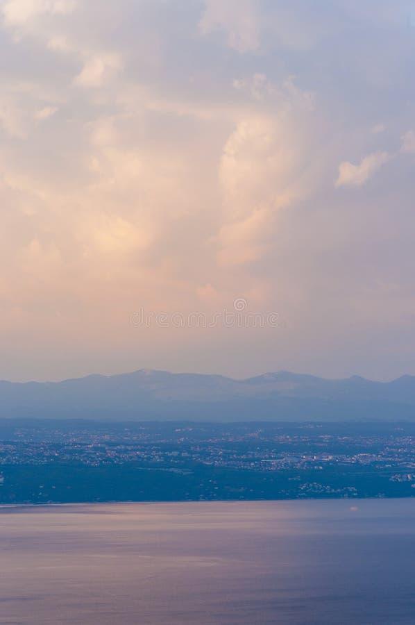 Nuvem enorme acima do mar de adriático no por do sol na Croácia de Istria imagens de stock
