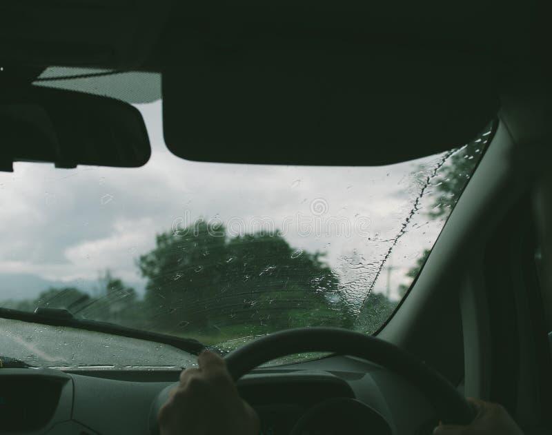 Nuvem escura, chover pesado A estrada está molhada imagens de stock royalty free