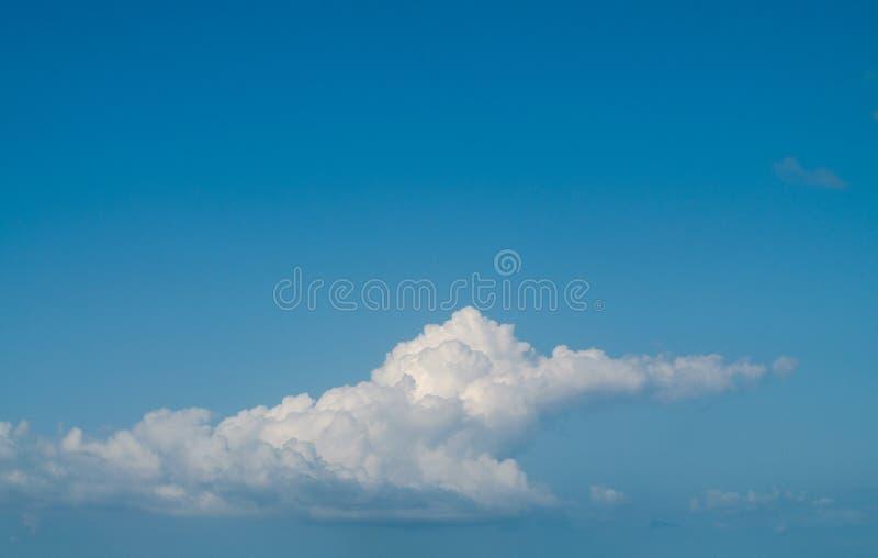 Nuvem Fluffy cumulus no céu turquesa fotos de stock royalty free