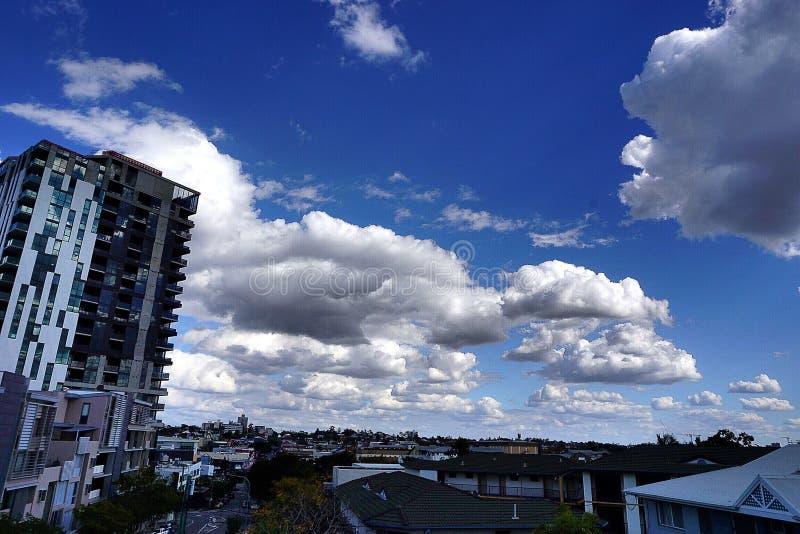 Nuvem grande no céu imagem de stock
