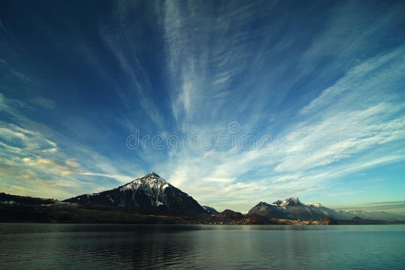 Nuvem, lago e montanha fotos de stock royalty free