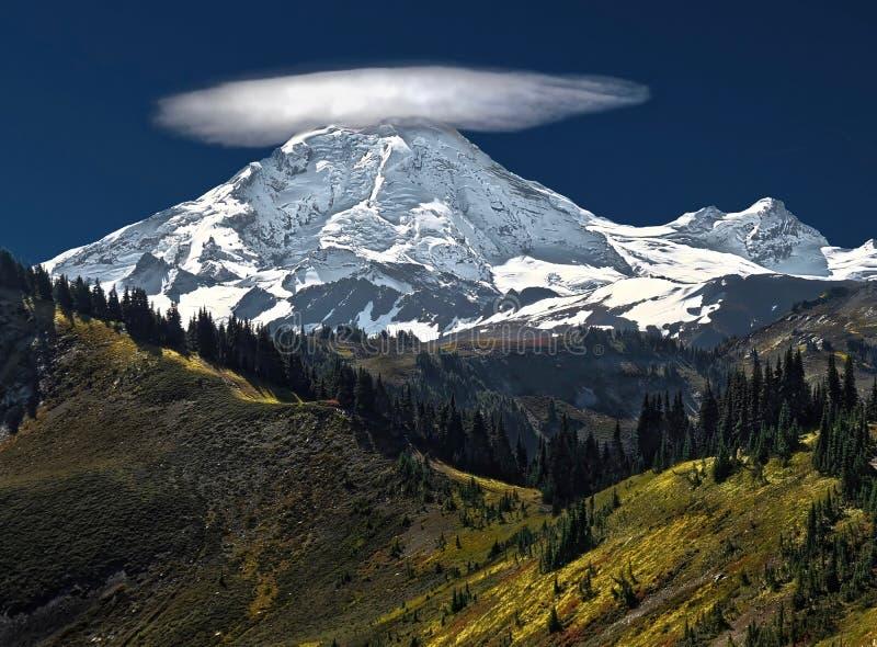 A nuvem Lenticular sobre a neve tampou a montanha Padeiro bonito da montagem com uma nuvem em sua parte superior em um dia claro  foto de stock