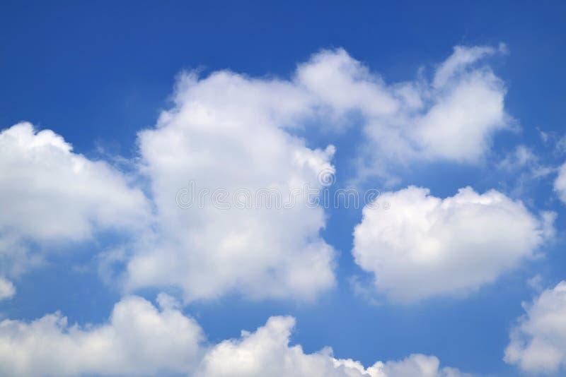 Nuvem macia branca pura que flutua no céu tropical azul vívido do verão de Tailândia imagem de stock royalty free