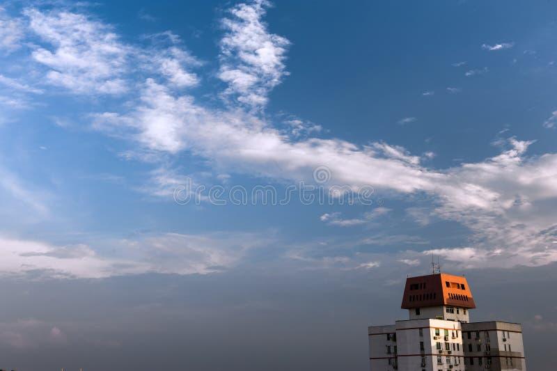 Nuvem macia no céu azul do crepúsculo sobre a cidade foto de stock