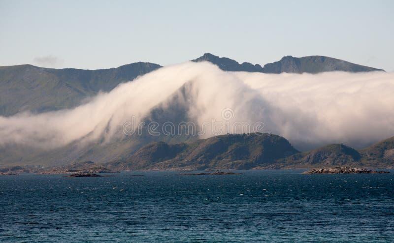 Nuvem na montanha imagens de stock royalty free