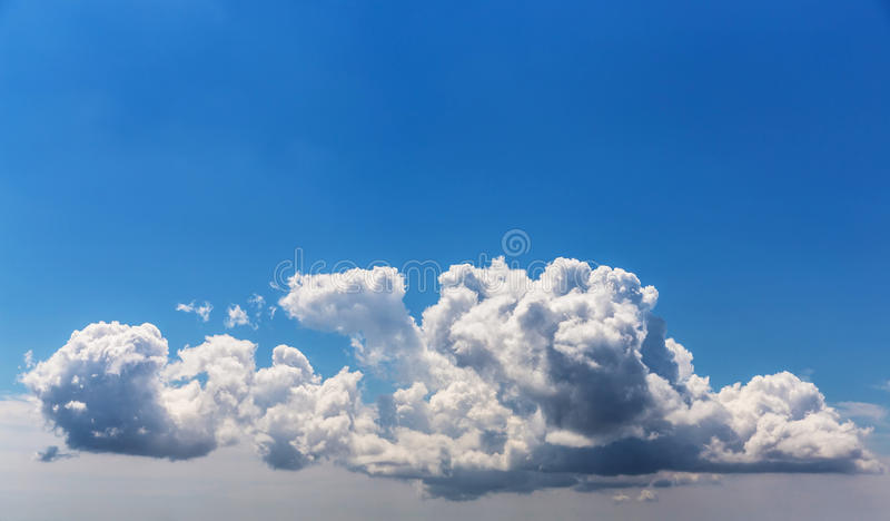 Nuvem no céu azul. fotos de stock