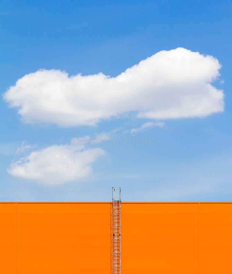 Nuvem no céu azul e na escada fotos de stock royalty free