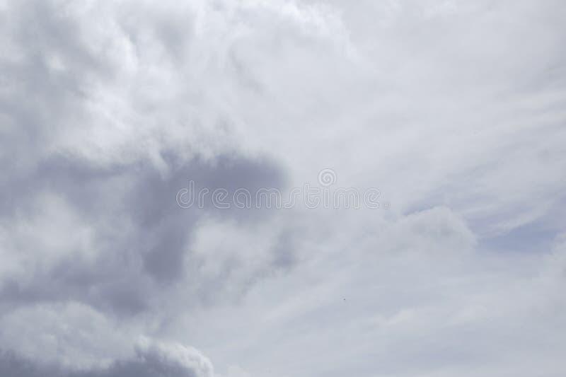 Nuvem no fundo cinzento do céu foto de stock royalty free