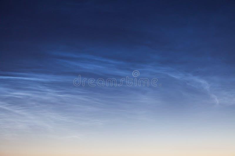Nuvem Noctilucent NLC, nuvens de noite, nuvem-como fenômenos no mesosphere imagens de stock