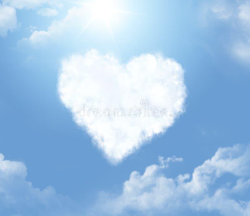 Nuvem numa forma de um coração imagens de stock