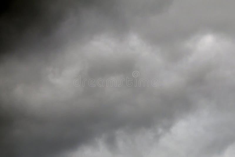 A nuvem preta é uma tempestade mais forte imagens de stock