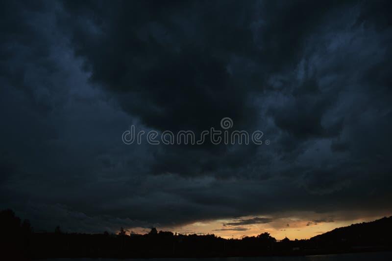 Nuvem preta e por do sol foto de stock