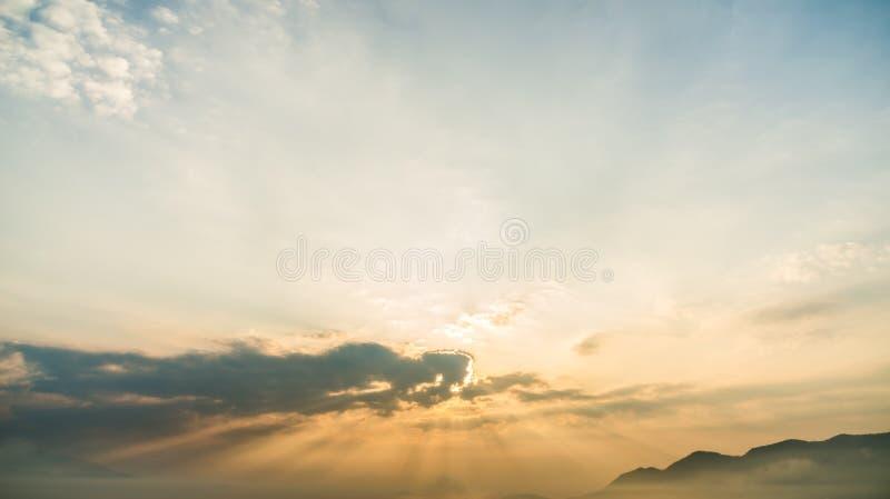 Nuvem que move-se sobre o fundo colorido do céu imagens de stock
