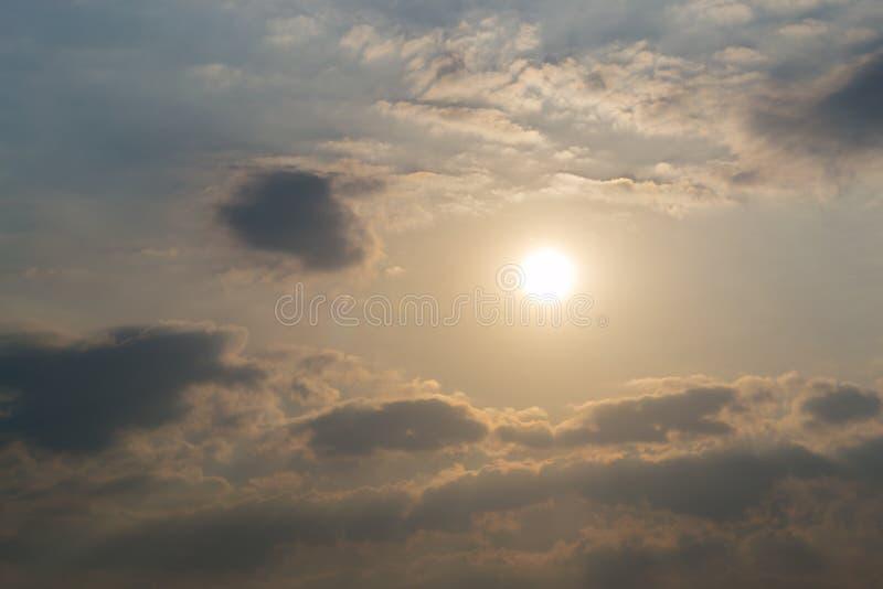 Nuvem que move-se sobre o fundo colorido do céu fotos de stock