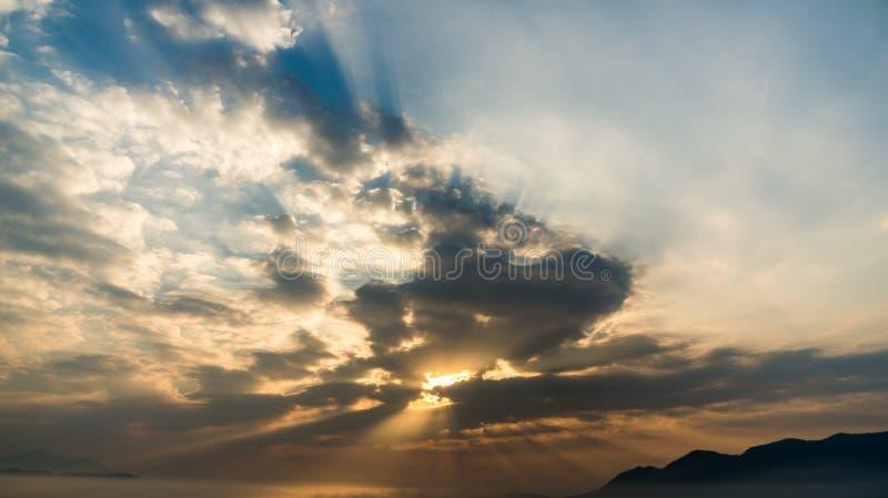 Nuvem que move-se sobre o fundo colorido do céu fotografia de stock royalty free