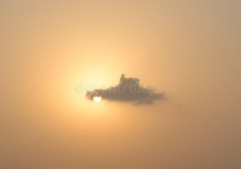 Nuvem que passa no ajuste Sun imagens de stock royalty free