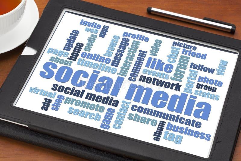 Nuvem social da palavra dos meios na tabuleta imagem de stock