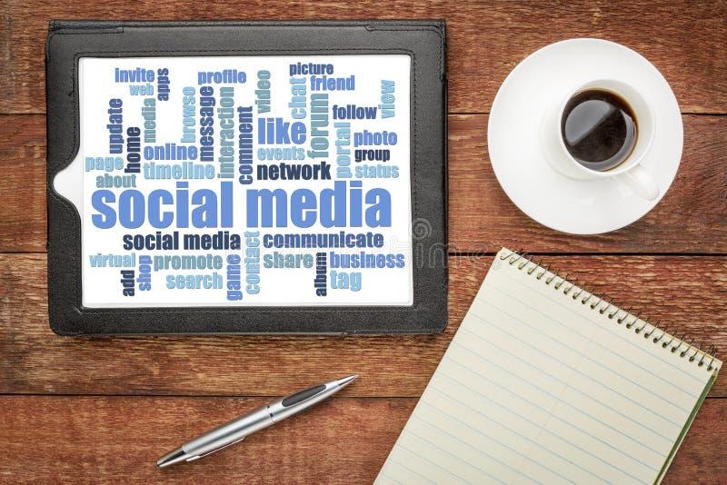 Nuvem social da palavra dos meios na tabuleta digital fotografia de stock royalty free