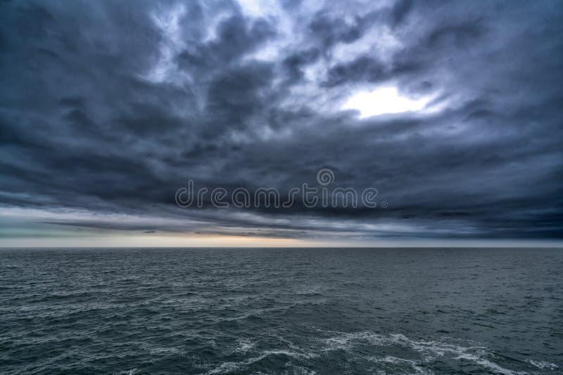 Nuvem tormentoso escura acima do mar, sumário escuro da natureza do tom fotografia de stock royalty free