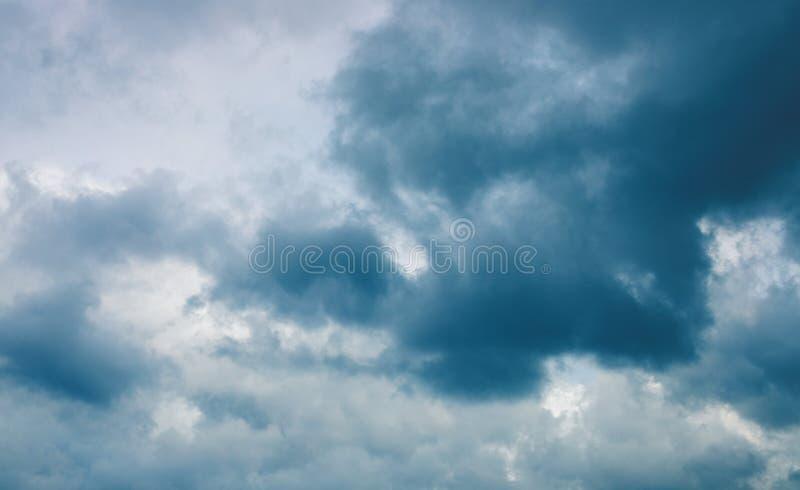 Nuvem tormentoso no céu cinzento Fundo da foto de Cloudscape Skyscape temperamental com nuvem de chuva Molde tormentoso da bandei imagens de stock