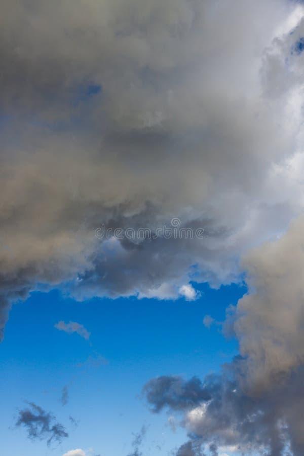 Download Nuvens imagem de stock. Imagem de ensolarado, nave, céu - 107529379