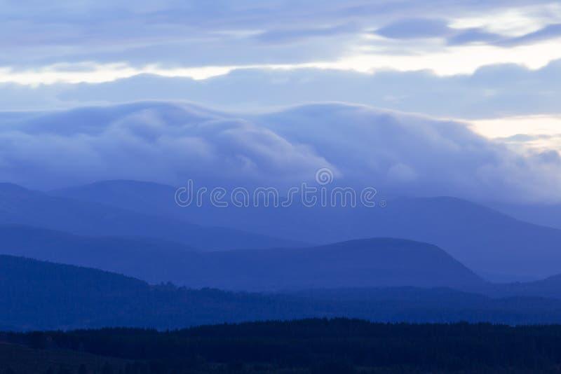 Nuvens acima das montanhas nas montanhas de Escócia imagem de stock