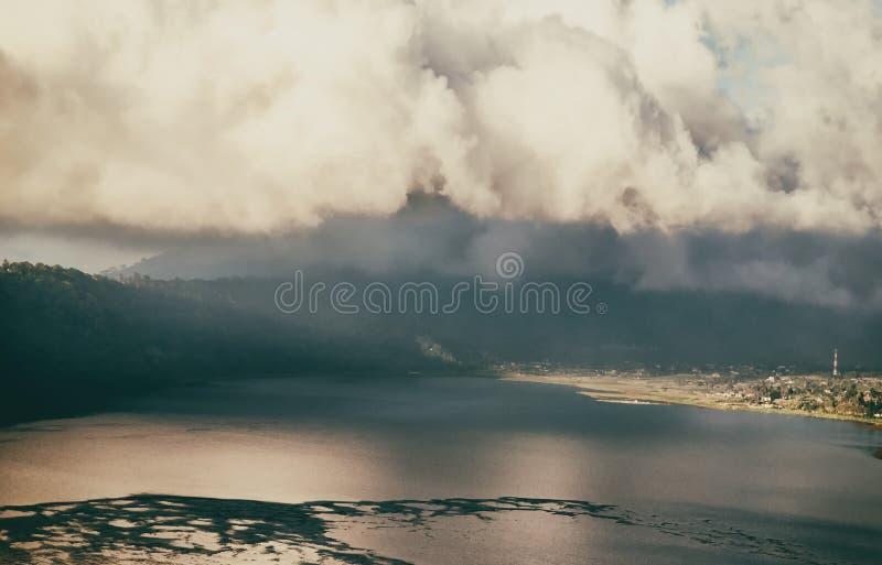 Nuvens acima do lago da montanha foto de stock