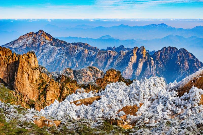 Nuvens acima dos picos de montanha do parque nacional de Huangshan fotos de stock royalty free
