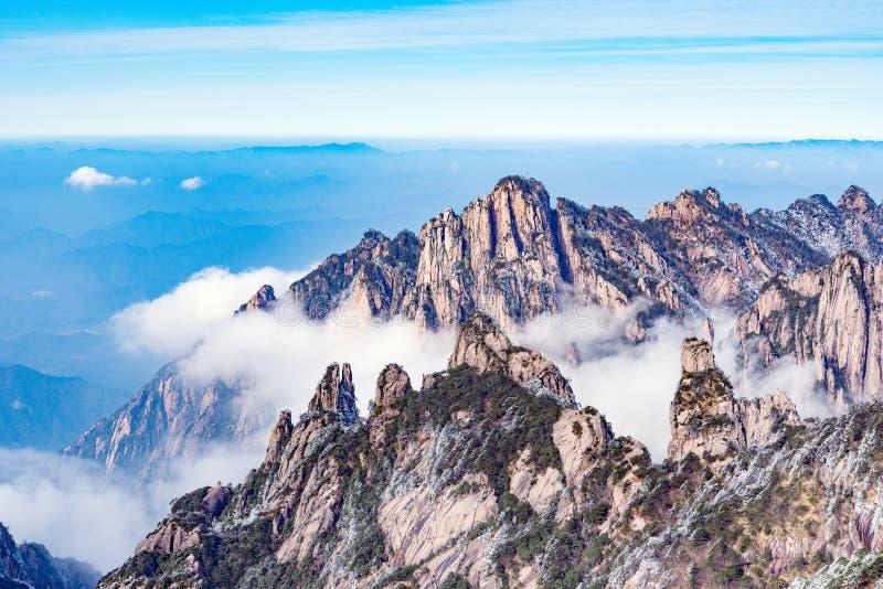 Nuvens acima dos picos do parque nacional de Huangshan imagens de stock royalty free