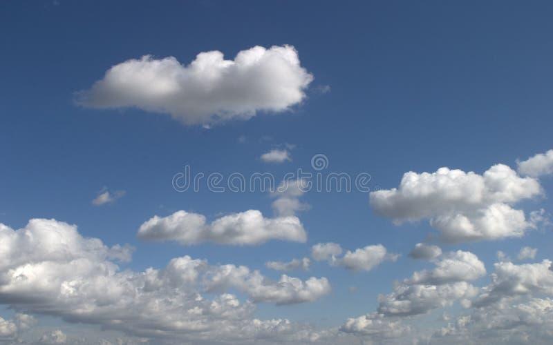 Download Nuvens agradáveis foto de stock. Imagem de azul, fundo, branco - 54510