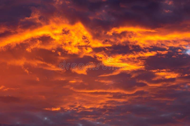 Nuvens alaranjadas do por do sol imagem de stock