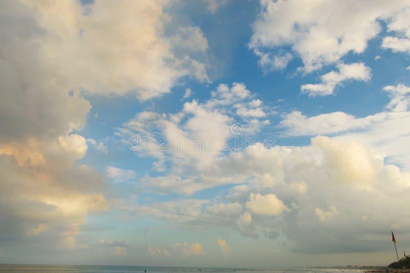 Nuvens alaranjadas do por do sol bonito em um céu azul no crepúsculo fotos de stock royalty free
