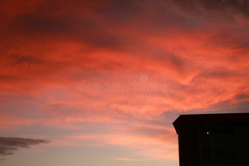 Nuvens alaranjadas sobre o condomínio foto de stock royalty free