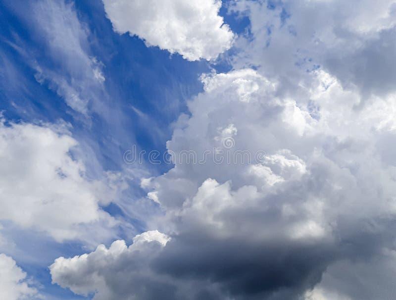 Nuvens azuis muito bonitas, foto tomada por um profissional com amor ilustração stock